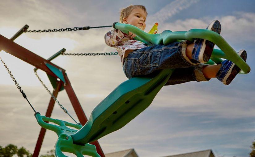 מהמגלשה ועד לנדנדה – מה צריך בחצר גן הילדים שלכם