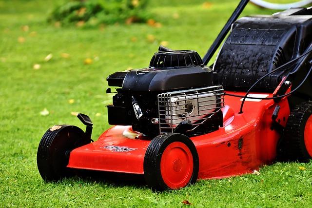 5 יתרונות של מכסחת דשא נטענת