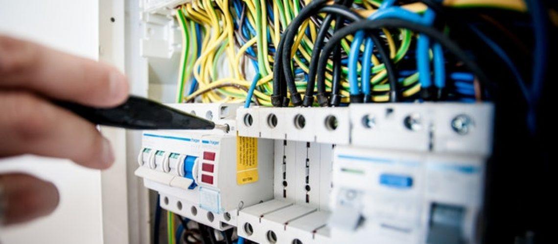 עבודות חשמל מורכבות - רק אנשים מוסמכים